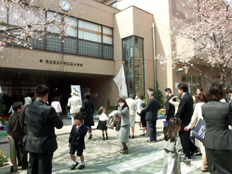 Во первых 1 апреля в японии в отличие