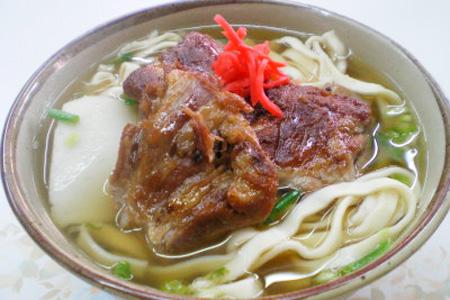 Суп на мясном и рыбном бульне, с кусочками свинины и рыбы, зеленым луком, маринованным красным имбирем и koregusu (маринованным в авамори перцем-чили)